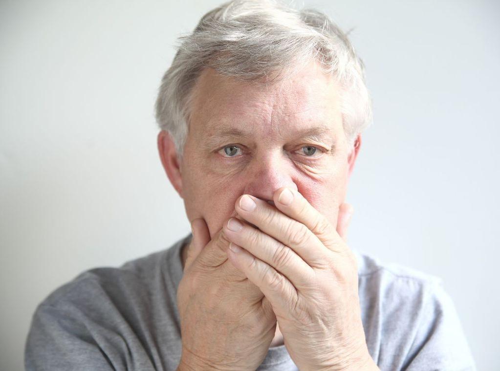 Причины неприятного запаха изо рта у пожилых